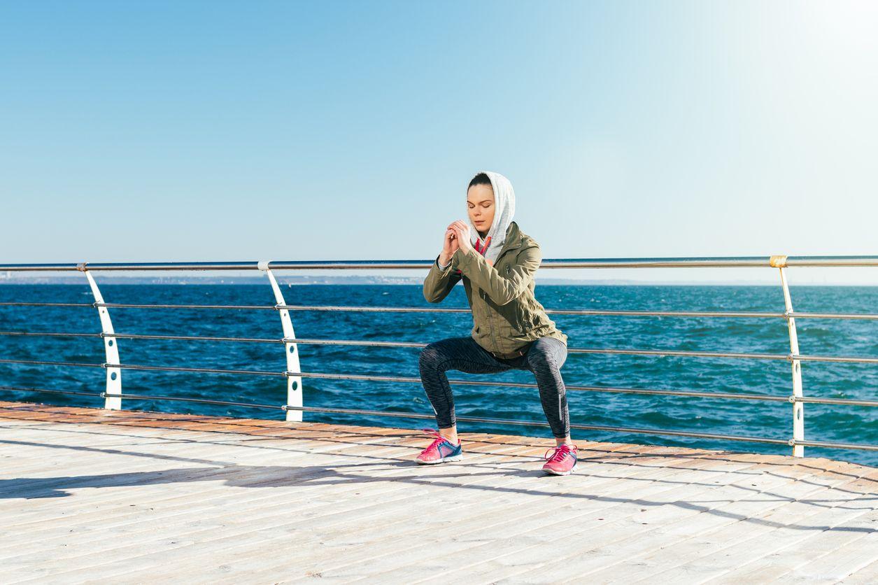 Genuflexiuni cu picioarele depărtate - Cele mai bune exerciții pentru mușchii șoldului